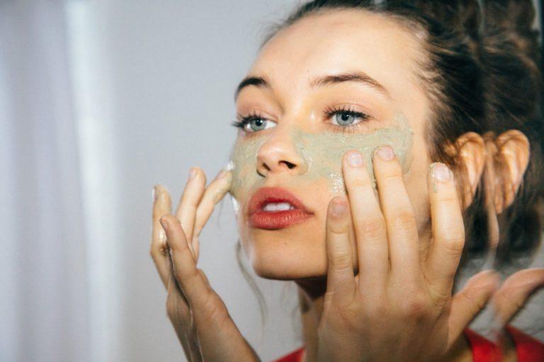 đắp mặt nạ tự nhiên là cách tẩy lông mặt
