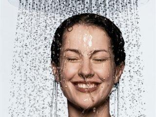 Rửa mặt trong lúc tắm – Thói quen hại không ngờ đến làn da