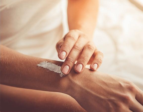 Mụn lưng do những sản phẩm dưỡng da làm tắt nghẽn lỗ chân lông