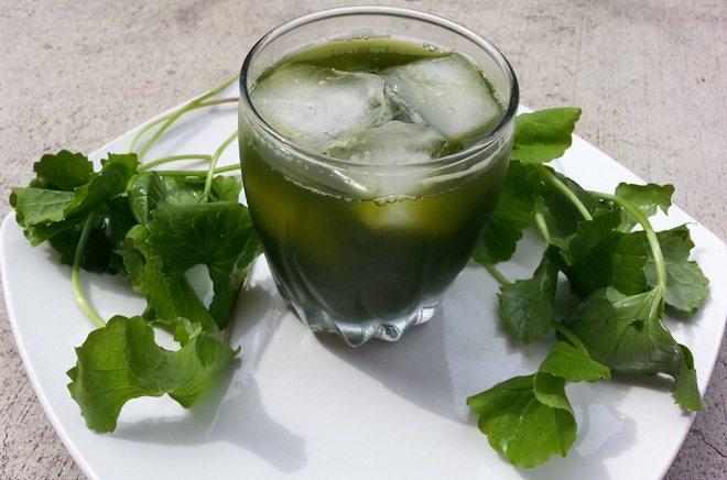 Uống các loại nước có tính mát để hạn chế mụn lưng