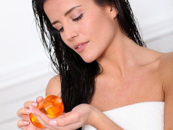 sử dụng serum dưỡng tóc sau khi gội đầu
