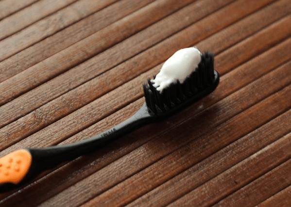 trị mụn bằng kem đánh răng
