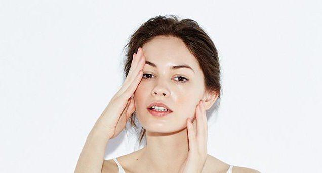 Thoa Vitamin E dạng viên nang để giúp giảm thâm nám, mụn