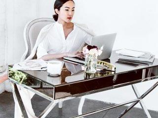 Tập eo thon gọn ngay tại… bàn cho nàng công sở!