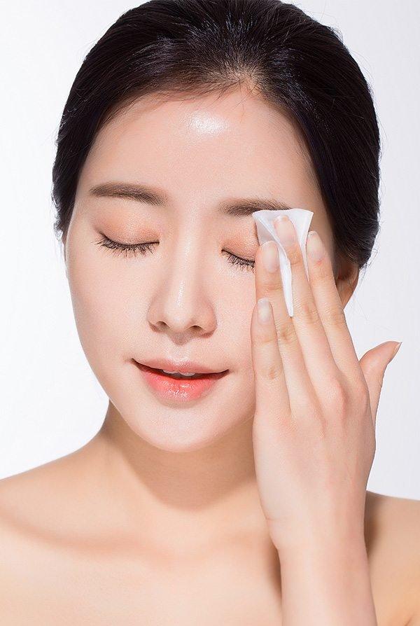 Tẩy trang là cách chăm sóc da nhờn mụn