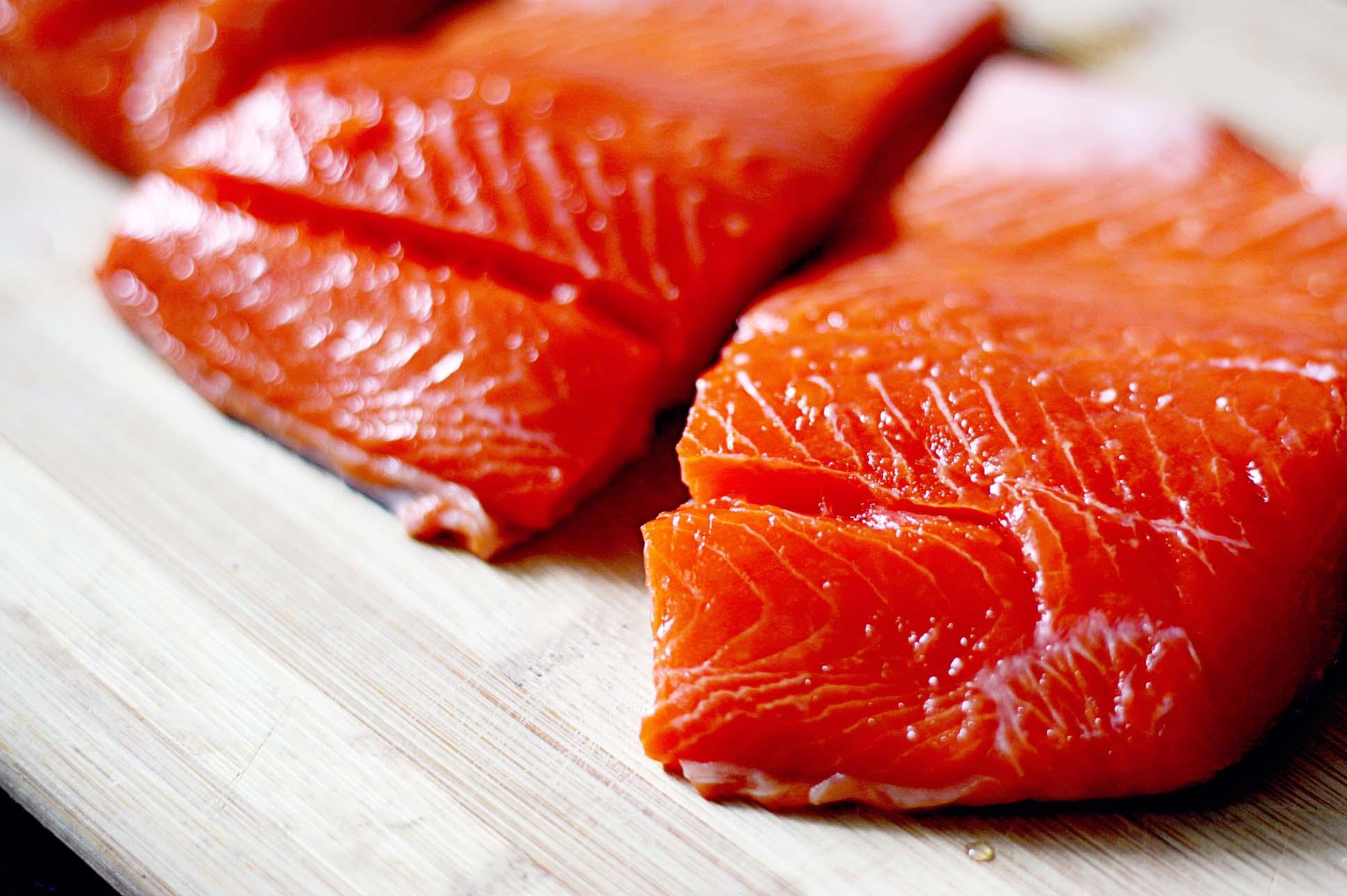 thực phẩm trẻ hóa da là cá sống