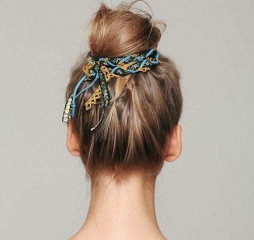 Đi tiệc sao phải ra tiệm làm tóc? DIY ngay với 5 kiểu tóc búi sau!