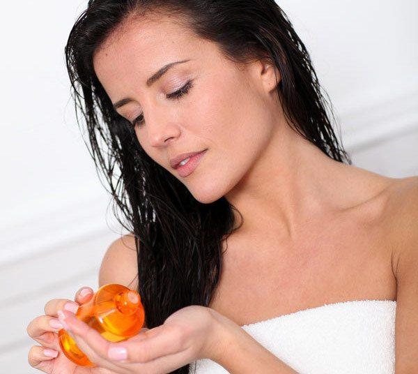 làm ẩm tóc trước khi sử dụng serum dưỡng tóc