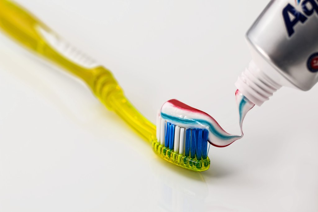 trị mụn với kem đánh răng