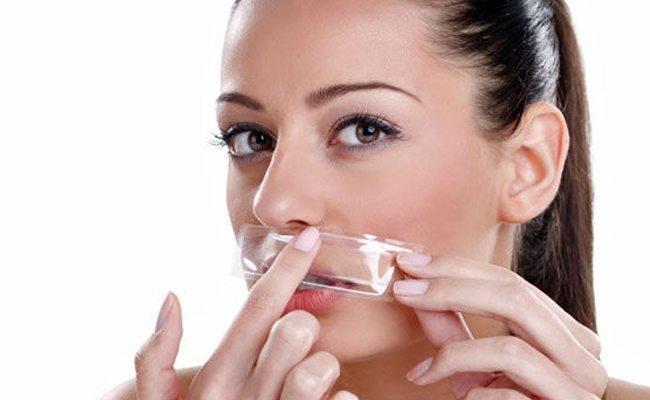 tẩy lông mặt bằng sáp hoặc miếng dáng
