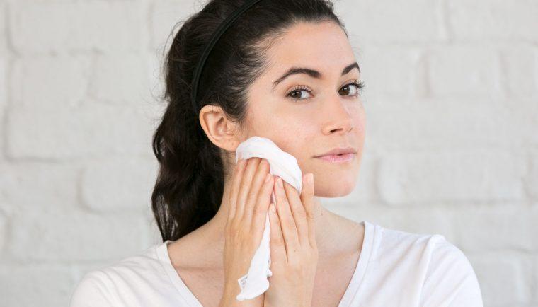 lau mặt bằng khăn sạch là cách chăm sóc da mặt