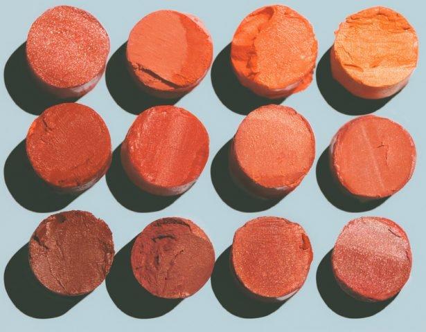 Son cam đất hợp với màu da nào?