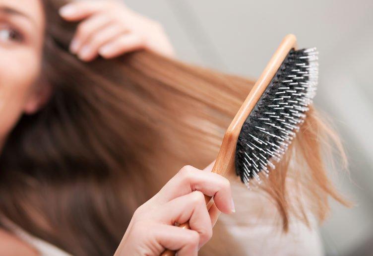 chăm chải tóc giúp tóc thẳng tự nhiên