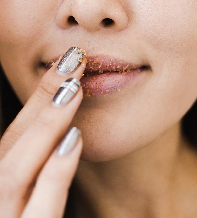 cách tẩy tế bào chết môi