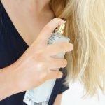 """5 lý do vì sao bạn gái nào cũng phải """"kè"""" theo bên mình một chai xịt dưỡng tóc"""