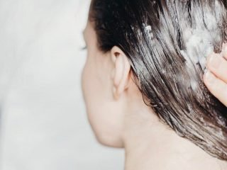 """5 sai lầm khi sử dụng khiến sản phẩm giữ nếp tóc vô tình """"phản chủ"""""""