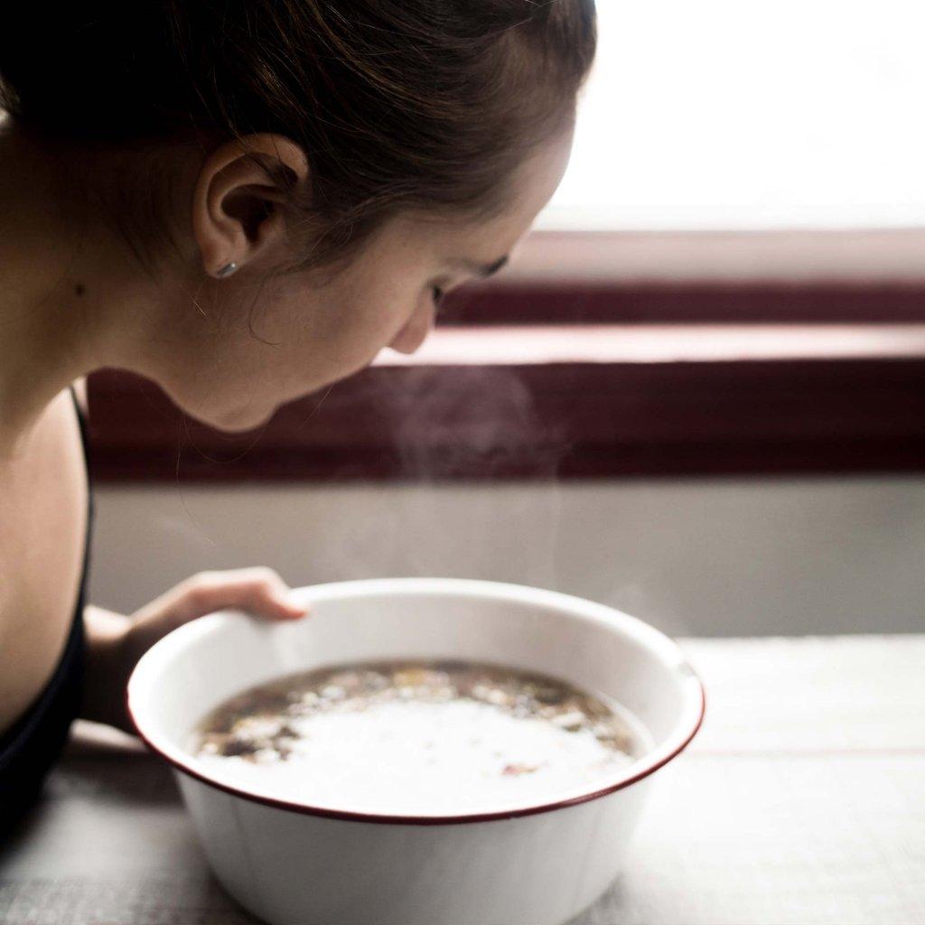Vì sao không nên xông hơi da mặt trước khi sử dụng sữa rửa mặt và các sản phẩm chăm sóc khác?