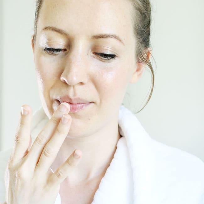 tẩy tế bào chết cho môi bằng kem đánh răng