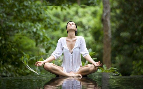 Tập thiền và yoga đẩy lùi căng thẳng giúp rụng tóc sau sinh từ bên trong