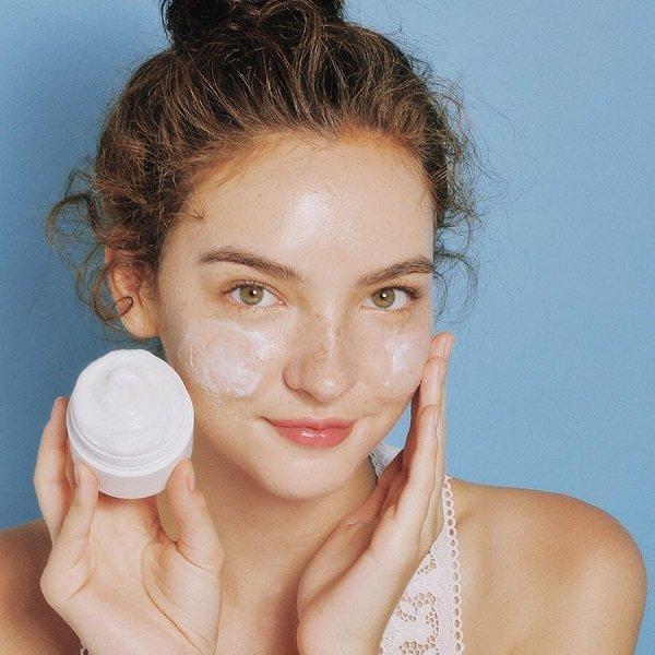 da mặt khô nên dùng gì - kem dưỡng ẩm