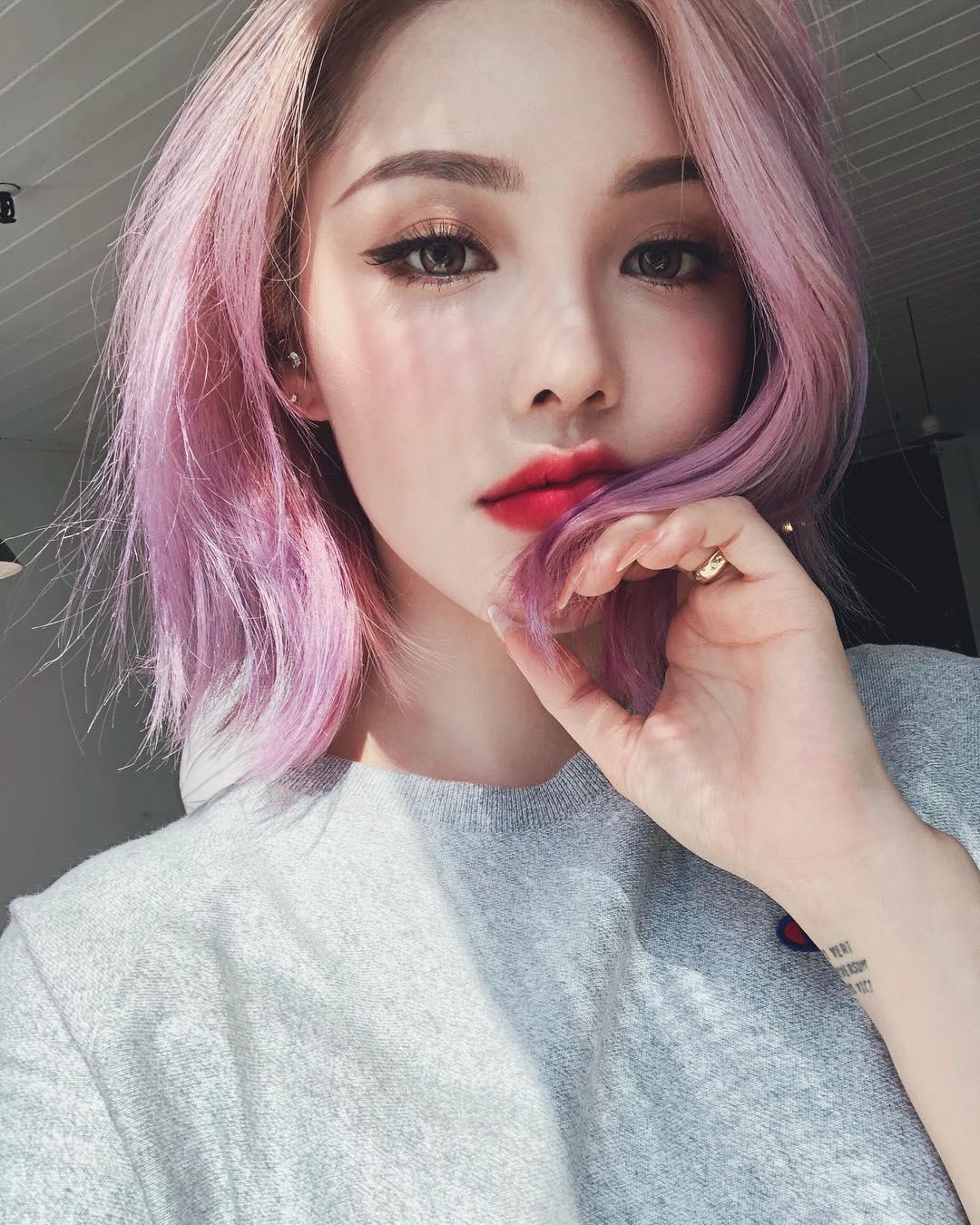 Tóc màu tím khói hồng giúp nâng tone da trắng hoàn hảo
