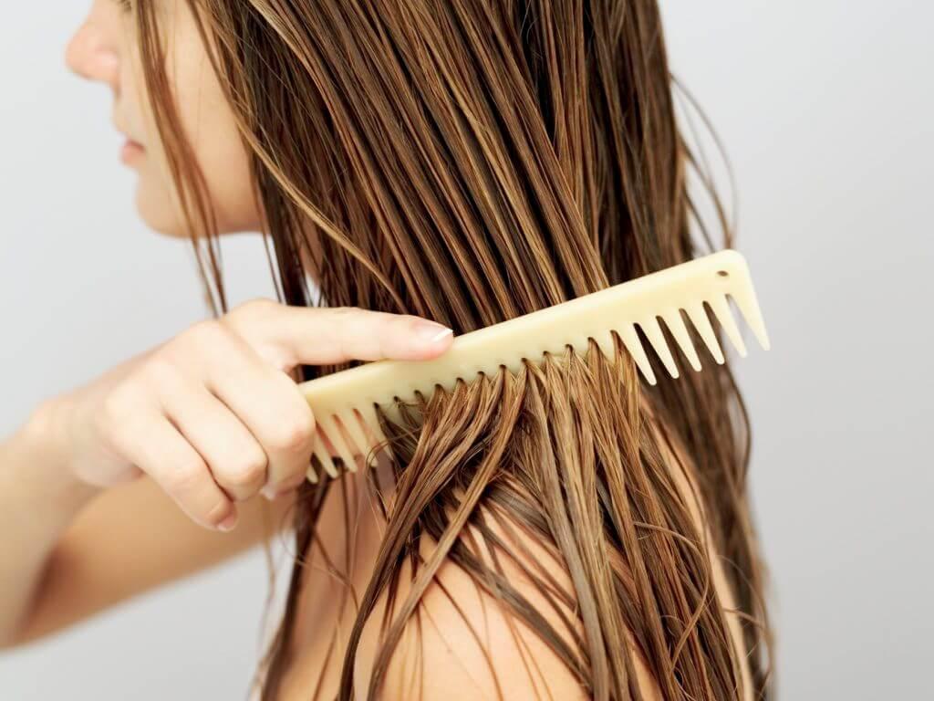 Không chải đầu khi tóc ướt là cách giảm tóc gãy rụng