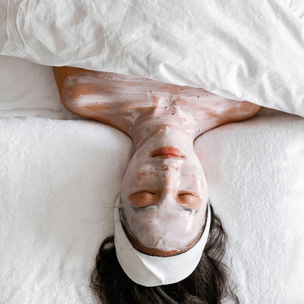 Vì sao nên dùng kem dưỡng trắng da mặt vào ban đêm?