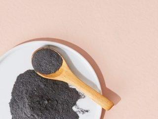 Cẩn thận khi làm trắng răng bằng than, lợi bất cập hại