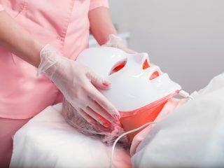 Cùng soi liệu trình điều trị mụn chuyên sâu tại Spa có gì khác ở nhà?