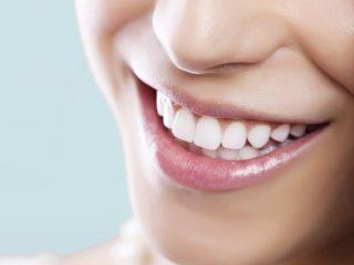 Bột trắng răng và miếng dán trắng răng, nên sử dụng loại nào?