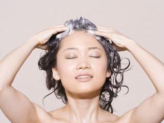 Có nên dùng dầu gội khi đang điều trị rụng tóc?