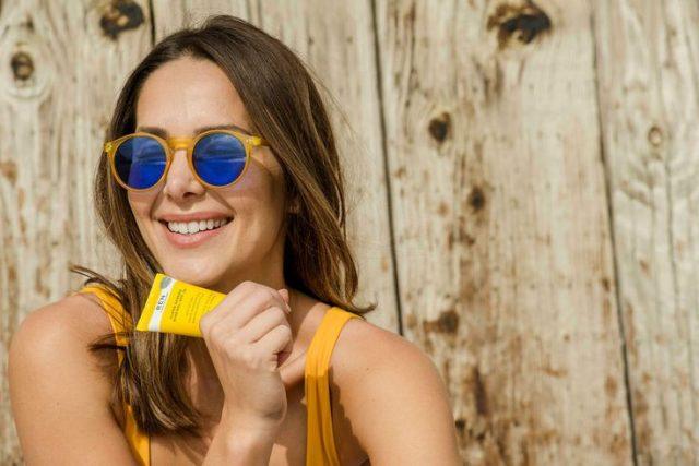 Làm thế nào để có lớp trang điểm đẹp khi trong túi bạn chỉ có đúng kem chống nắng và son môi?