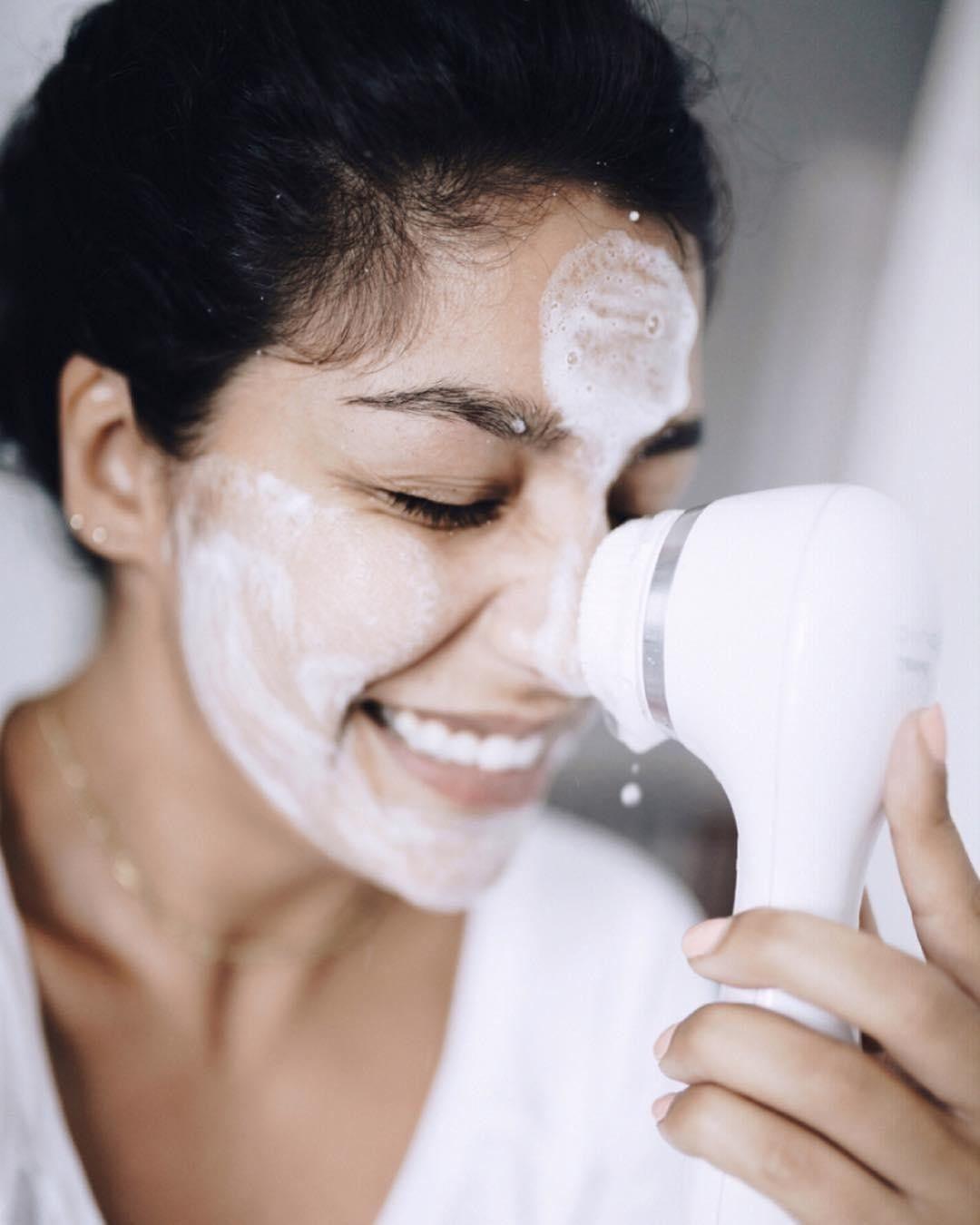 Cách sử dụng máy rửa mặt và các dụng cụ rửa mặt đúng chuẩn và hiệu quả nhất
