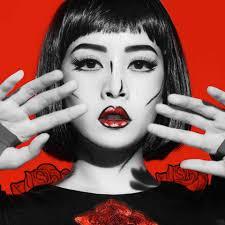 """Tháng 5 này, còn ai """"đẹp lạ"""" bằng Chi Pu với Futuristic Make-up?"""