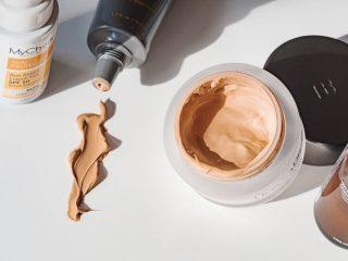 Sử dụng kem dưỡng ẩm có màu thì có nên sử dụng thêm kem nền?