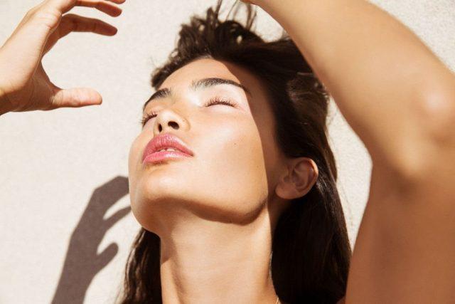 Vào Thu mưa bay, làm sao để tóc luôn sạch sâu, không bết dính do dầu thừa và nước mưa?