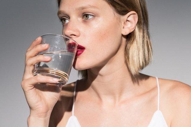 5 Lí do chúng ta phải uống một cốc nước sau khi ngủ dậy