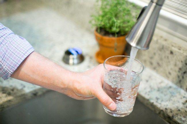 Uống nhiều nước và súc miệng bằng nước sạch trị hôi miệng