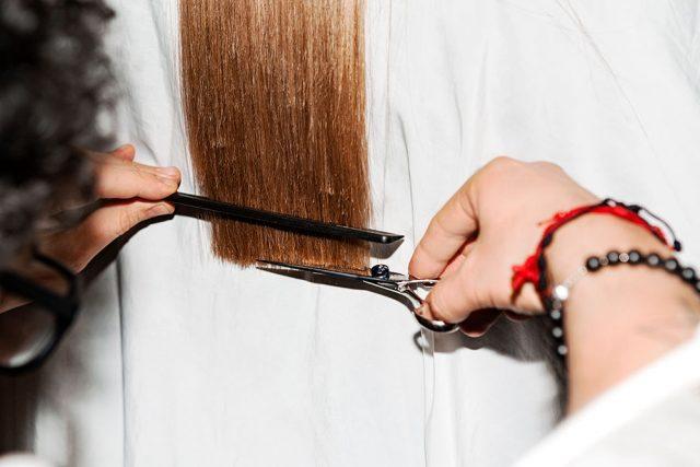 <span class='p-name'>Cách phục hồi mái tóc chẻ ngọn mà không cần đụng đến &#8220;dao kéo&#8221;</span>