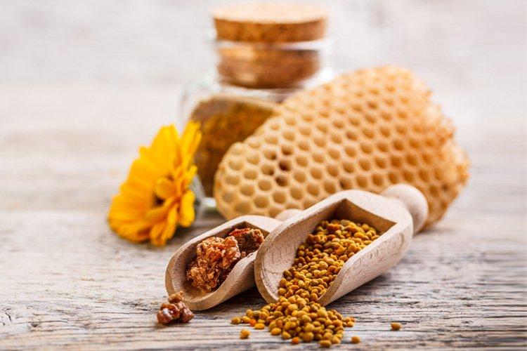Cùng học Anja Rubik về cách dùng phấn hoa mật ong dưỡng da trước khi ngủ