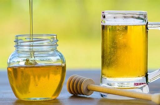 Gội đầu bằng bia với mật ong là cách trị gàu hiệu quả bạn nên thử