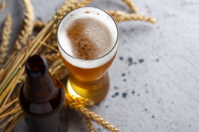 Kết hợp gội đầu bằng bia và dầu dừa giúp nuôi dưỡng tóc từ sâu bên trong
