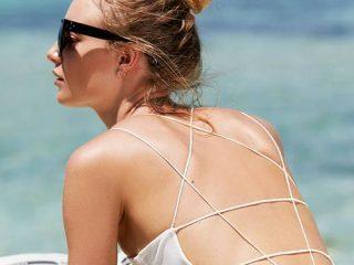Làm cách nào để thoa kem dưỡng vùng lưng?