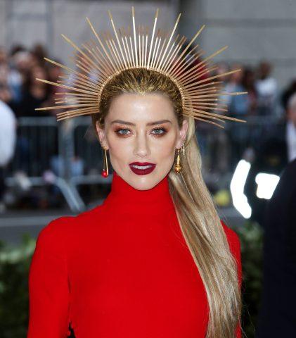 <span class='p-name'>Bí mật thảm đỏ nào làm nên nàng Công chúa đại dương Amber Heard?</span>
