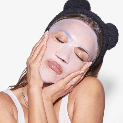 Đắp mặt nạ thường xuyên là cách chăm sóc da mặt đơn giản