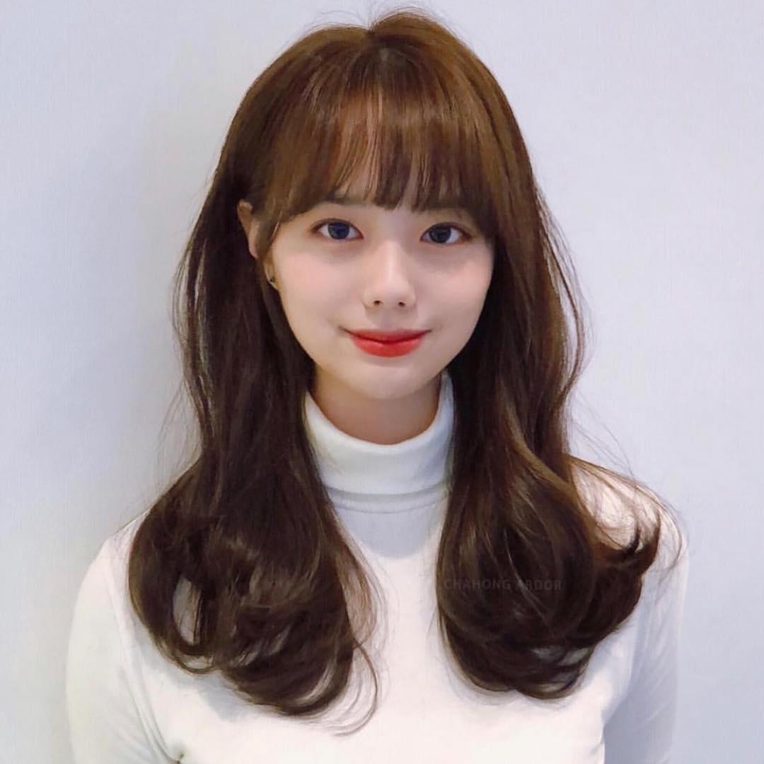 Kiểu tóc xoăn dài mái ngang đẹp dịu dàng, trẻ trung