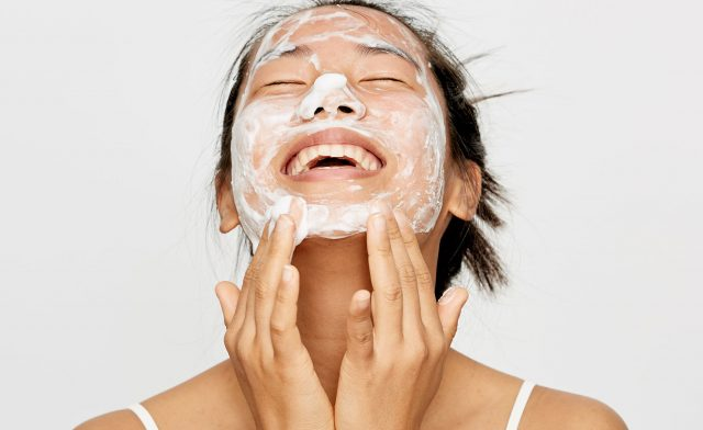 Da nhạy cảm phải rửa mặt như thế nào cho đúng?
