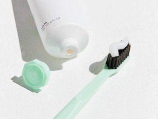 """Muốn trị mụn bằng kem đánh răng thì phải """"chọn mặt gởi vàng"""" đúng loại kem đánh răng bạn nhé"""