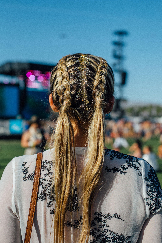 """Trước thềm Coachella 2019, cùng nhìn lại những kiểu tóc từng """"làm mưa làm gió"""" lễ hội năm ấy"""