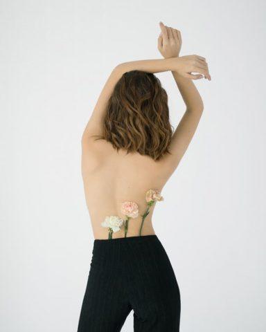 Làm sao để tha hồ mặc đồ mát mẻ mà không sợ mụn lưng?